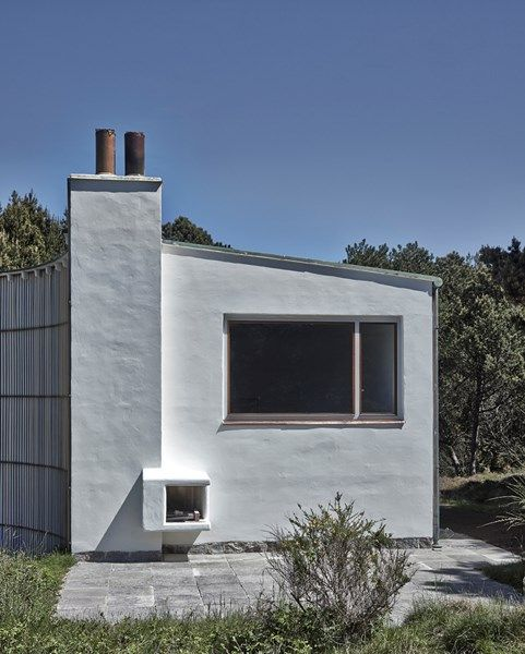 Arne Jacobsen, Denmark, Summerhouse 1937. White plastered facade, trellis wall, picture window.