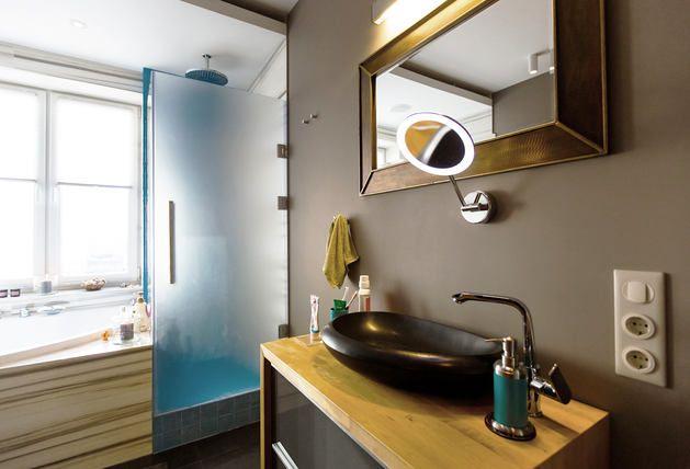 Как оформить совмещённый санузел, не меняя его планировку? Можно ли в городской квартире организовать настоящую баню-сауну? И как обыграть окно в ванной комнате? Ответы на эти вопросы нам дали архитекторы студии Dvekati https://roomble.com/publication/smelyj-sanuzel-s-bolshim-oknom-i-dushevoj-v-vide-telefonnoj-budki/