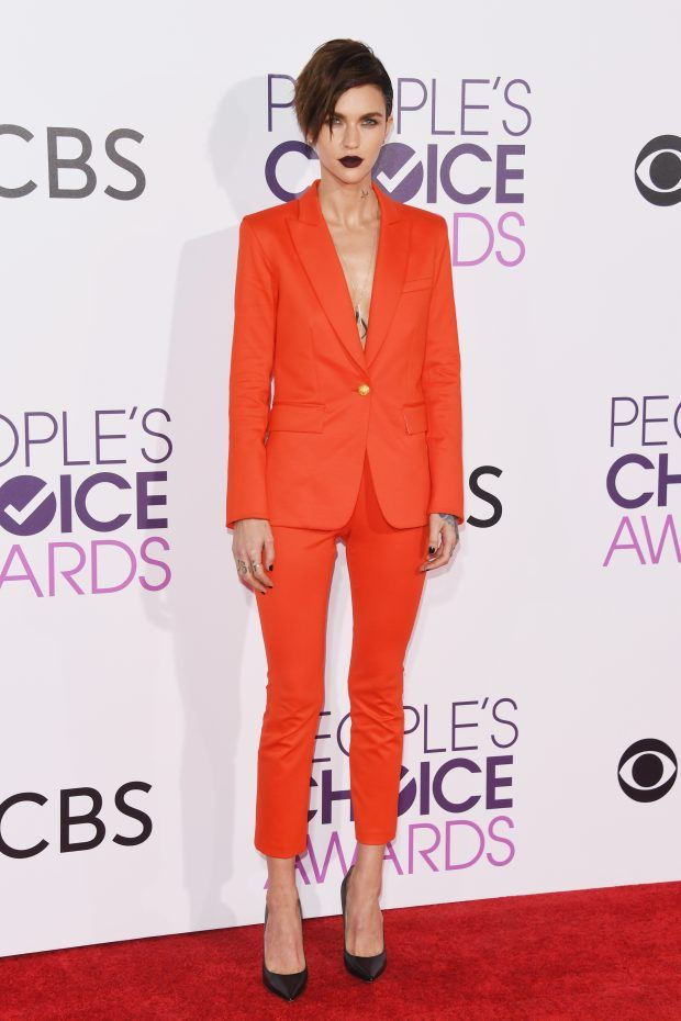 Look Ruby Rose no People Choice Awards, super cool, minimal e ousada com seu macacão.