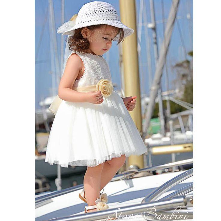 Το Βαπτιστικό Φόρεμα Lucia της Stova Bambini είναι ένα υπέροχο αριστοκρατικό τούλινο φόρεμα σε εκρού χρώμα με εντυπωσιακή δαντέλα στο στήθος και χειροποίητο λουλούδι στη ζώνη. Ένα φόρεμα εντυπωσιακό για την υπέροχη μέρα της βάπτισης σας. Συνοδεύεται από το δικό του καπέλο για το κεφάλι