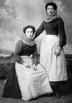 Tour Scotland Photographs: Old photograph of fishwives in Dundee, Scotland.