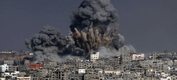 パレスチナ自治区ガザ地区(Gaza Strip)ガザ市(Gaza City)で、イスラエル軍の攻撃により立ち上る煙塵(2014年7月29日撮影)。(c)AFP/ASHRAF AMRA ▼30Jul2014AFP|ガザ地区の死者、1200人超える 停戦の訴え届かず http://www.afpbb.com/articles/-/3021809