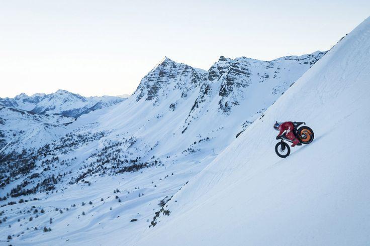 Ο  μότο-αναβάτης Eric Barone σπάει το παγκόσμιο ρεκόρ ταχύτητας μοτοσικλέτας  στο χιόνι  στο Vars των Γαλλικών Άλπεων