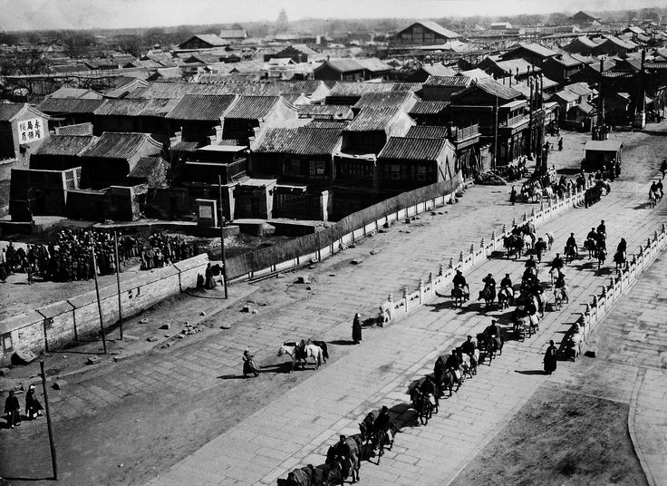 A view of Beijing's south as the emperor returns to the city after the suppression of the Boxer rebellion in 1901.  Photo by Paula von Rosthorn, who had arrived in Beijing five years earlier and participated in the defence of foreign diplomatic missions against Boxer attacks during the uprising