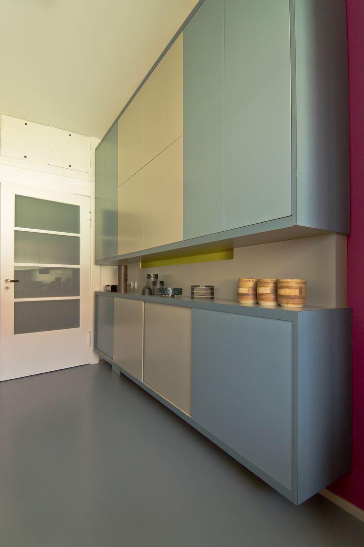 Bauhauswohnung Berlin- Tiergarten  Küche, Hängeschränke, Dreh- und Schiebetüren  Armstrong Linoleumboden, grau blau. harryclark colour4design