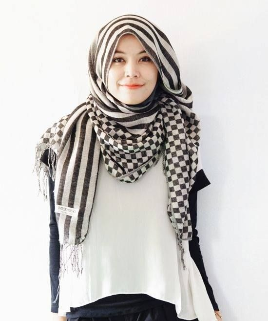 stripe in the trend! i usually look fat if wearing stripe shirt/dress/clothes but this stripey hijab is look so right and acceptable. time to search stripe hijab hehe~