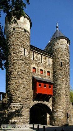 stadttor Helpoort am Maasufer in Maastricht