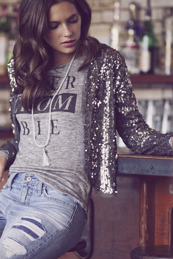 Fashion trends | Graphic shirt, boyfriend jeans and silver sequined blazer