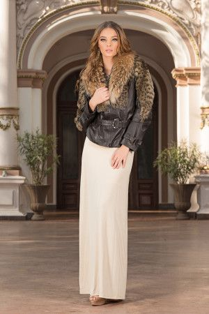 A real must for the season, this luxury jacket will be the trendiest, most versatile item in your wardrobe. This luxury jacket with a generous collar made of natural fur for a classy, extra-feminine look.