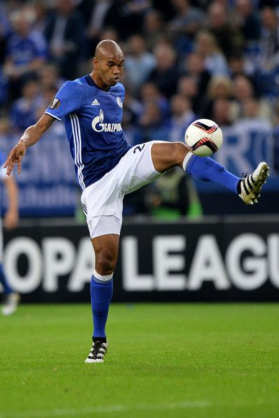 Naldo of Schalke controls the ball during the UEFA Europa League match between FC Schalke 04 and FC Salzburg at Veltins-Arena on September 29, 2016 in Gelsenkirchen, Germany.