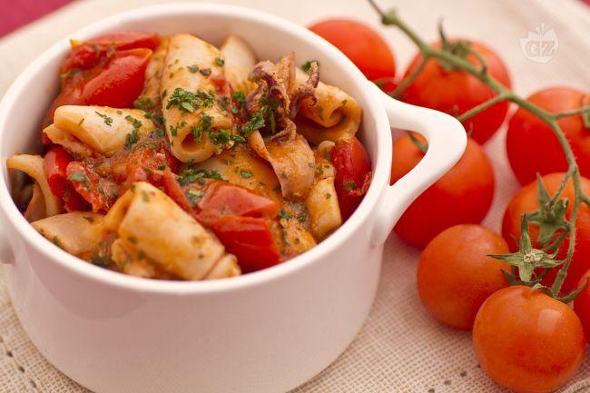 Con i calamari in umido preparerete un gustoso secondo piatto che vuol essere una valida alternativa al solito fritto di pesce.