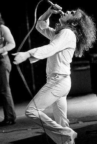 Ronnie James Dio by far the best voice rock music ever had. What a great loss to never hear it live again.
