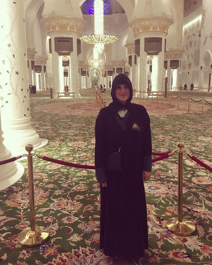 3/5  En af de ting Abu Dhabi er mest kendt for er den berømte fuldstændig vanvittigt smukke 'Grand moské Sheikh Zayed'  Jeg er utrolig stolt over at have set dette kæmpe kunstværk og endda fået æren at tage mine helt egne smukke billeder af den. Der var dresscode både for mænd og kvinder og jeg fik et meget behageligt klæde på som alle rendte rundt i. På et tidspunkt inde i moskeen tog alle skoene af og så gik vi igennem det smukkeste rum med verdens største gulvtæppe som er syet i et. Denne…