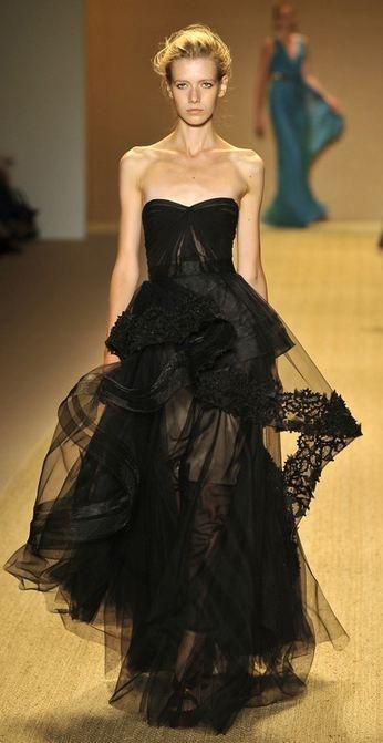 Deze jurk vind ik heel erg mooi. Door het doorzichtige tulle en het randje van kant. Ook de taille is mooi accentueerd waardoor het model nog slanker lijkt.