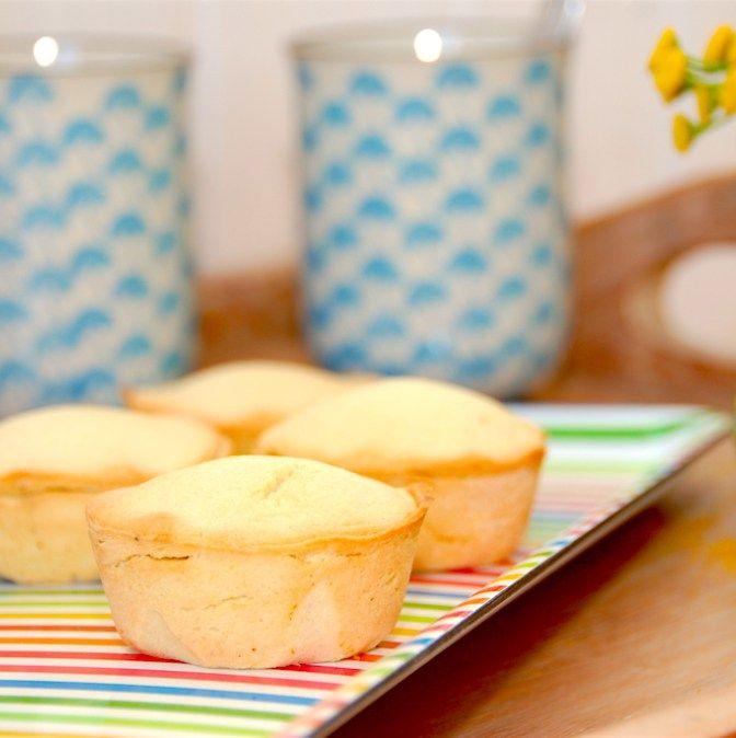 Cremelinser er en klassisk kage bagt af mørdej, og her har vi fyldt den med den lækreste, hjemmelavede vaniljecreme. Og den laver vi med ægte Tahiti-vanilje. Foto: Madensverden.dk.