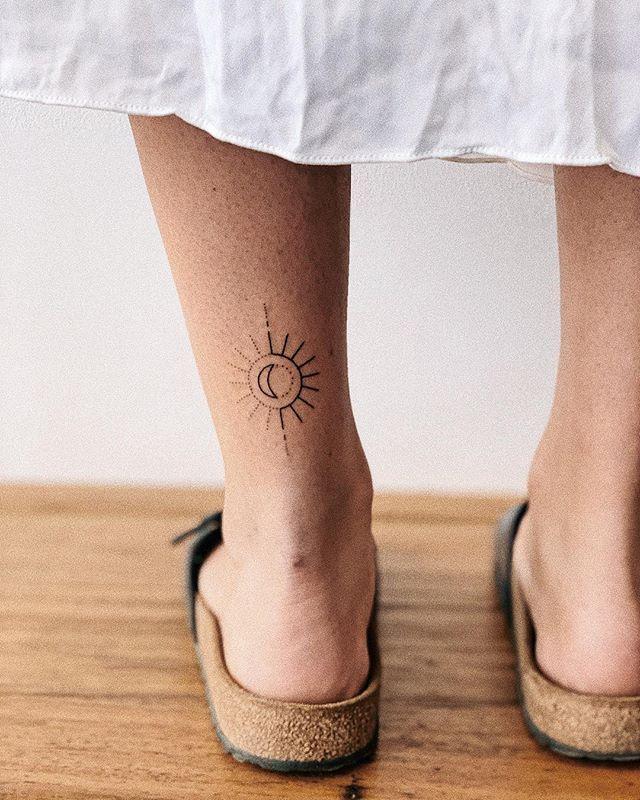 Arbeiten an Designs für die Woche #handpokedtattoos #stickandpoketattoo #kalulatattoo #suntattoo