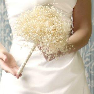 Buquês de noiva alternativos, como os feitos com broches, papel ou tecido, estão na moda. Um arranjo de pérolas falsas, como na foto acima, também serve de alternativa para as flore