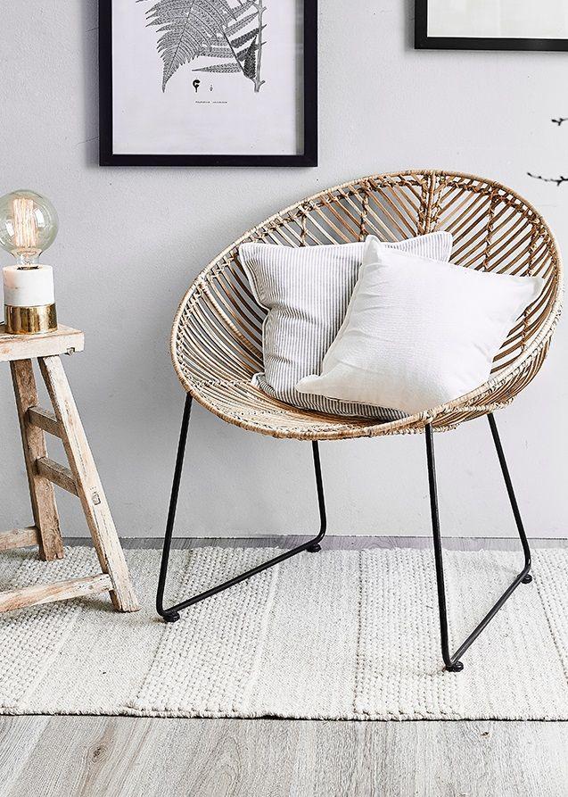 Natürlich schön – das ist nicht nur ein Beauty-Trend. Auch der Interior-Bereich zeigt sich in diesem Jahr von seiner puren Seite! Dieser Rattansessel strahlt pure Gemütlichkeit aus. Rattan ist ein gefälliges Material, direkt aus der Natur und wie geschaffen für schöne Handwerkskunst, die uns dieses Gefühl der Entspannung direkt nach Hause bringt. // Stuhl Sessel Kissen Teppich Hocker Holz Beige