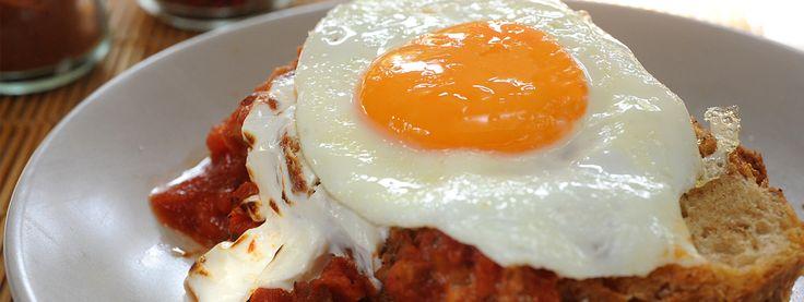 Αβγά ματιά φούρνου με σύγκλινο, σάλτσα ντομάτας και γιαούρτι Total