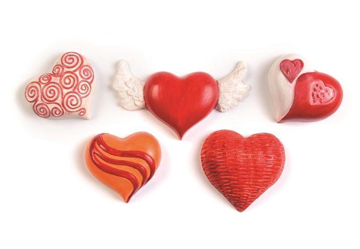 Gietvormen in relief Plaatvormige gietvorm. Hitte en vorstbestendig. (-15C tot +80C.) Geschikt voor gieten met gips, keramin, stewalin, giethars, zeep, was en chocolade. Maat van de hartjes 5 - 6 cm. Werkbeschrijving is ingesloten