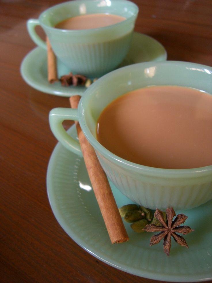 ☆チャイ☆   紅茶をミルクで煮出して作る濃厚なインドチャイです☆  飲みたいときにすぐ飲めるように、多めに作って冷蔵庫に♪ RiーBoー    材料 (作りやすい分量) 水 500cc アッサム茶葉(CTC) 30g ブラウンシュガー 30~50g 牛乳 1000cc エバミルク 100g 作り方 1 大きめの鍋に水を入れ、沸かす。グツグツにね!! 2 茶葉を入れ、強火で1分煮出す。 3 ブラウンシュガーを入れて、木べらでひとまぜして、牛乳、エバミルクを加える。 4 底が焦げないように木べらで時々混ぜながら、強火で煮込む。 5 細かい泡がもこもこ~っと浮き上がってきます(沸騰)。鍋からあふれる寸前で火を止める。 6 弱火で5分煮込んで出来上がり!!   茶葉を漉してすぐのめます♡ 7 冷やすと細かい茶葉が沈殿するので、保存する場合は粗熱をとり、もう1度漉してからのほうがいいです。 8 ブラウンシュガーの他に、黒糖やはちみつもおすすめ☆  9 シナモン、カルダモン、ジンジャー、ナツメグなどのスパイスを一緒に煮込むとマサラチャイになります☆ コツ・ポイント…