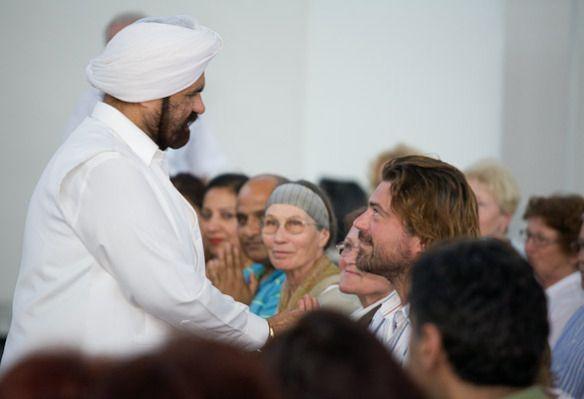 Sant Rajinder Singh Ji Mahara  Méditation et la Rivière de Lumière La question est, que faisons-nous de ces cadeaux ? Est-ce que nous en jouissons et en bénéficions en dirigeant nos efforts et notre passion vers Dieu ? Ou, nous stagnons en dirigeant tout notre temps et notre attention seulement à l'extérieur, dans le monde et ses plaisirs éphémères ? Suite>>> Lien: http://science-spiritualite.com/category/maitre-spirituel/