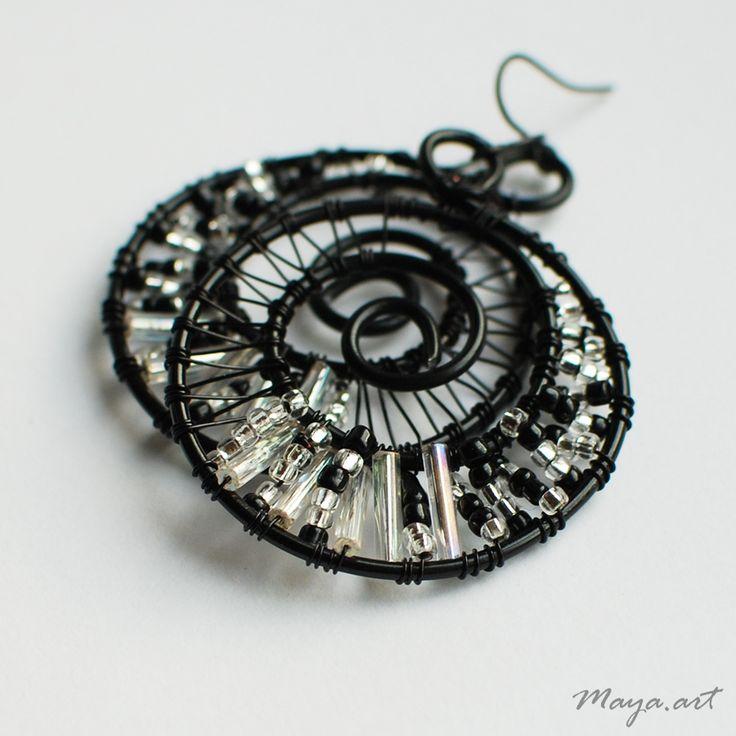 Černostříbrné kruhové náušnice Náušnice jsou vytvořeny z černého hliníkového a měděného lakovanéhodrátu vyplétané černým a průhledným rokajlem a tyčkami. Doplněny jsou černými háčky. Délka náušnice bez háčku je cca 3,5 cm. Všechny tyto drátované náušnice v nabídce najdete zde. Originální náušnice od Maya.art! ©2010 Maya.art