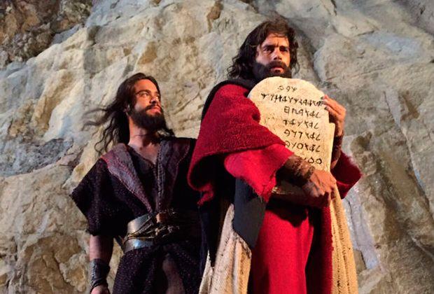Moisés encontra a pedra com os dez mandamentos