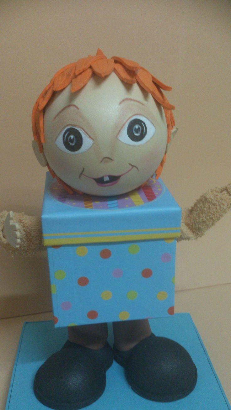 El niño caja. Pieza de goma eva en caja de cartón que se abre y sirve de joyero.