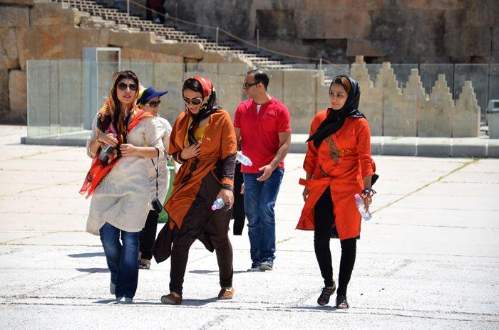 Viele Frauen im Iran sehen trotz ihrer Kopftücher sehr bezaubernd aus.