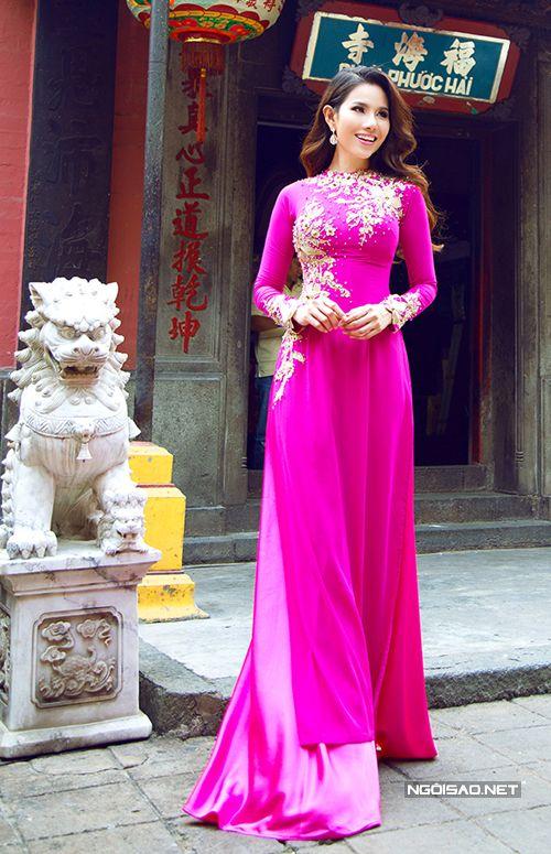 Phần trang trí với những bông ren màu ánh kim được cắt tỉa tỉ mỉ làm tăng nét độc đáo cho chiếc áo dài truyền thống. -  Ngôi sao