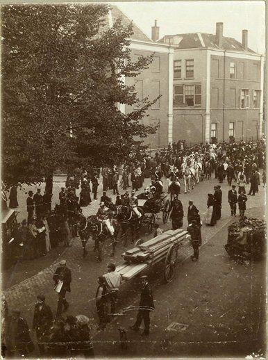 Afbeelding van enkele rijtuigen tijdens de installatie rijtoer van het Utrechts Studenten Corps op het Janskerkhof te Utrecht; op de achtergrond de Nobelstraat met de zijgevel van het huis Drift 9, 18 oktober 1895