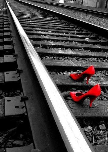Red Heels... algo de #desaturación selectiva.  Aquí hay un tutorial sobre cómo lograr este efecto fácilmente y sin usar Photoshop.  http://www.defotografosyfotos.com/2012/07/desaturacion-selectiva-sin-photoshop-segunda-vuelta/