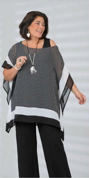 Blusa bem ampla com bordas brancas sobre calça escura