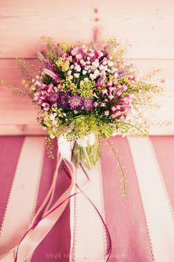 Brautstrauß mit Wildblumen                                                                                                                                                      Mehr