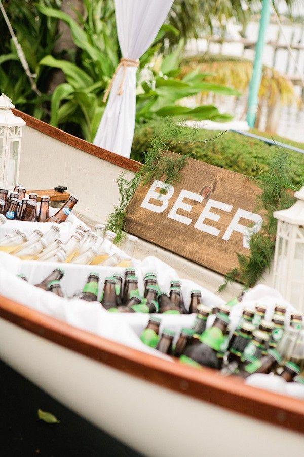 """O estilo dá brecha para muita criatividade. Aqui, um barco a remo foi usado como """"isopor"""" para as bebidas! A madeira dá um toque mais rústico à decoração."""