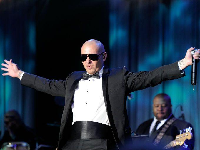 ¿Quién de ustedes no ha bailado al ritmo de Pitbull? Este puertorriqueño tan sexy de traje y lentes oscuros que nos pone a mover todo el cuerpo.  Y esta noche viene a conquistar al público mexicano con su ritmo, a poneros a cantar a todas y volvernos locas con sus canciones.  Se presenta hoy 16 de marzo en la Arena México, como parte de los artistas que están inaugurando este nuevo foro en la Cd. de México. Para que vayan preparando garganta, les dejamos algunas de nuestras canciones…