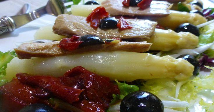 Fabulosa receta para Ensalada de espárragos, ventresca y pimientos . Una estupenda ensalada, de espárragos de la ribera, ventresca del norte y pimientos del piquillo, con aceitunas negras.