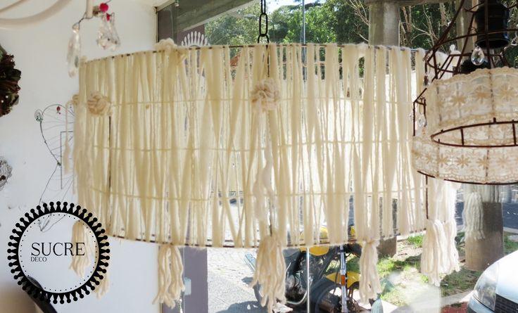 Lampara de techo cilindrica de hierro, con lanas y flecos agregados