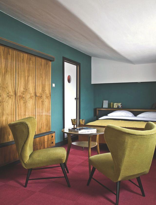 Entre bleu canard, vert chartreuse et bordeaux, voilà une chambre qui ose le style vintage à fond