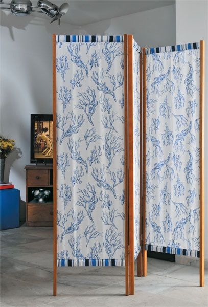 Biombo liviano de madera y tela, separador o marco para decoración.