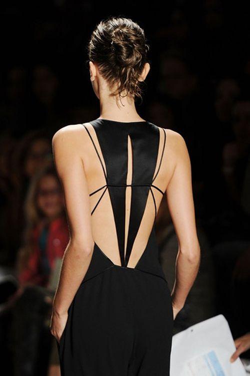 as costas de um vestido preto