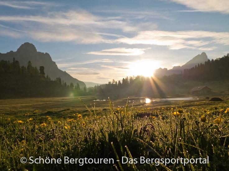 Sonnenaufgang an der Lavarella Hütte (auf 2042m Höhe) im Naturpark Fanes-Sennes-Prags, Kronplatz, Südtirol, Italien - Foto: Mario Hübner: