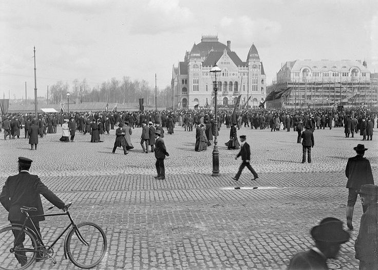 ca. 1900, Central railway station square and the Finnish National Theater in Helsinki, Foto Gustaf Strandberg