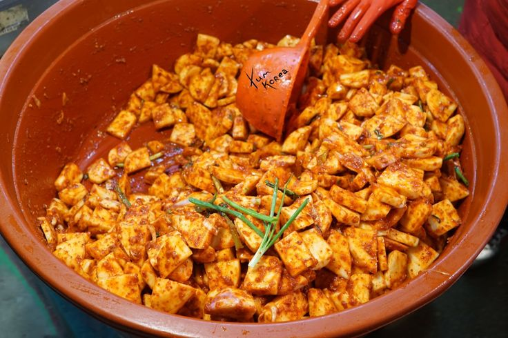 How radish Kimchi (깍두기; ggak-du-gi) is made. www.yum-korea.com #koreanfood #kimchi #radishkimchi #korea
