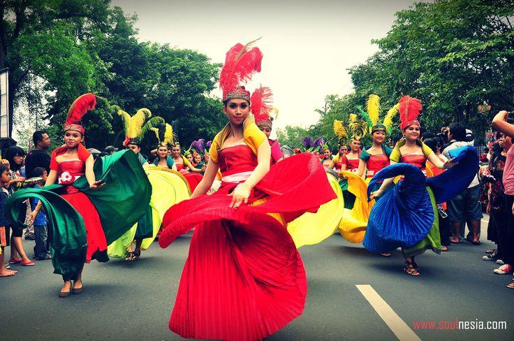 dancing women at wayang carnival solo anniversary - SoulNesia