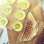 Redenen waarom je wel van @vinnies_amsterdam moet houden: gerookte maissoep en het lekkerste brood (van de bbq, wtf!) met prei van MAMA Bakery. Dit zijn de betere borrels. #foodporn