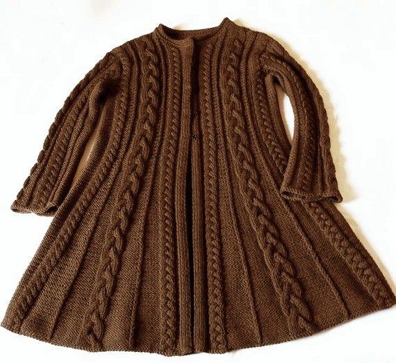 Cappotto del maglione di lana marrone cioccolato, cavo maglia maglione giacca, molti colori disponibili. Maglione cardigan lungo per la donna è fatta con lana, ha tutta cavo maglia, una forma foderato e bottoni automatici nascosti.  Questo cappotto di maglia è il mio proprio disegno e dovrà essere realizzati su misura con colori e misure personalizzate.  La dimensione del cappotto nella foto è S/M e la lunghezza totale è di 87cm/34  Puoi chiederlo con colore diverso e vi prego, di i...