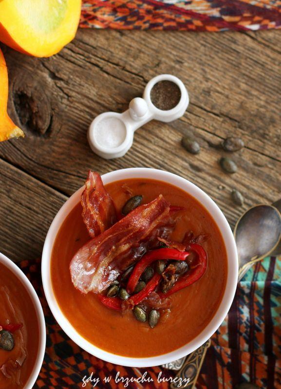 Zupa dyniowa z pieczona papryką i chipsami z boczku