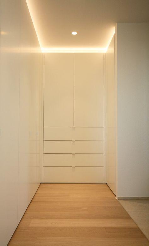 Inloopdressing naast slaapkamer. Supermatte witte draaideuren. Indirecte verlichting. Kast-ID Antwerpen